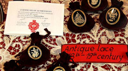 Photo of a lace display in Bruges, courtesy of LinksmanJD