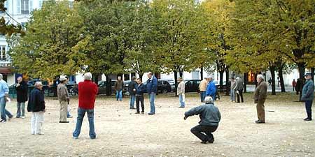 A friendly game of pétanque. Photo by Ricardo Martins.