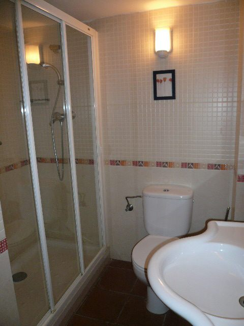 a room with a loo 4 budget hotels with great bathrooms in barcelona eurocheapo
