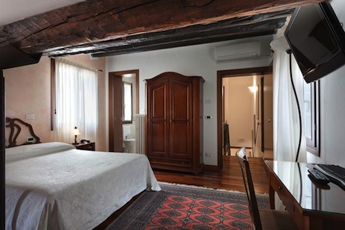 We love the charming and cheap rooms at Locanda Art Deco. Photo: Booking.com